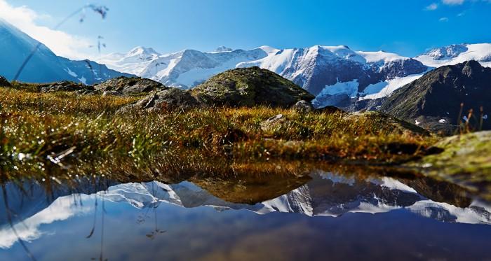 Spiegelung Mit frischferschneiter Berggipfelkulisse im Pitztal Links im Hintergrund die wildspitze