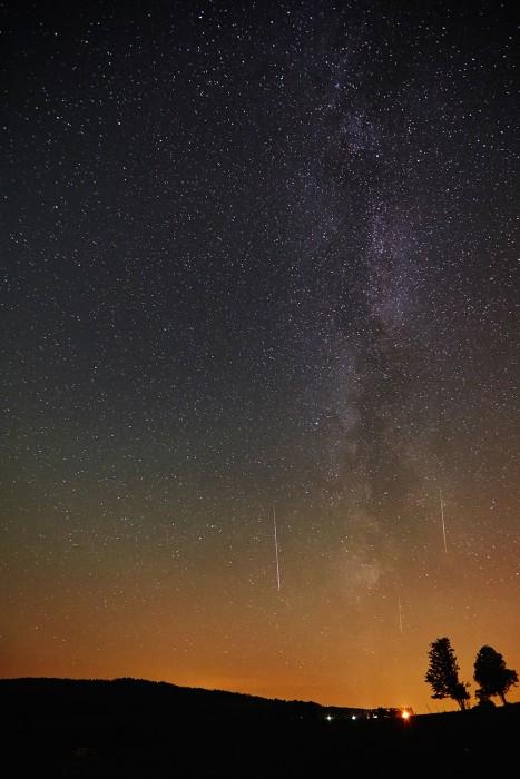 Sternschnuppen-am-12082015-von-Hofsgrund-aus-hinten-das-Hotel-Halde-klein